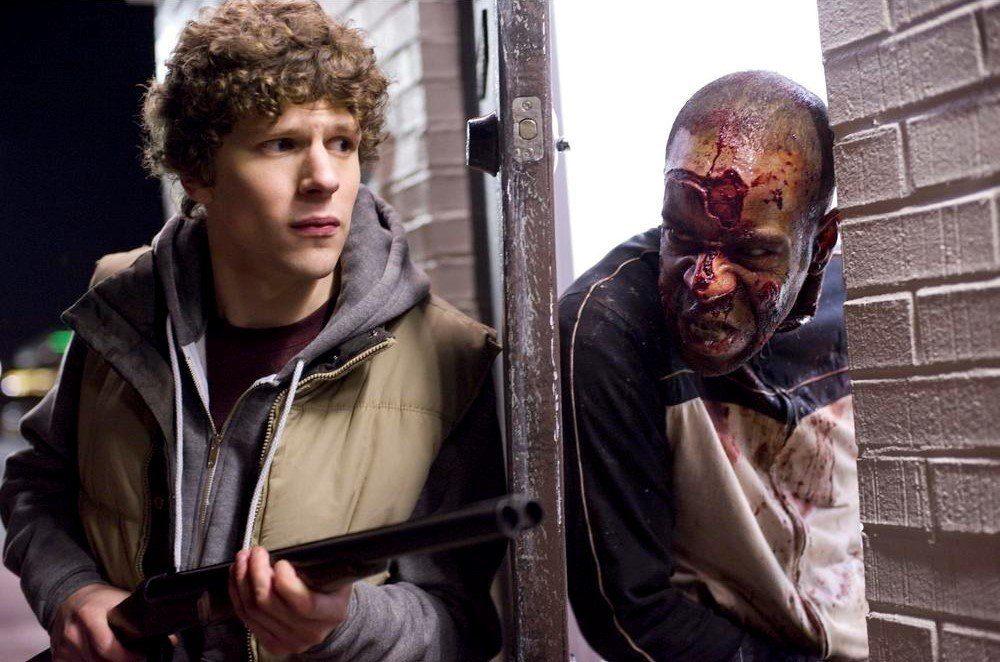 Un homme armé bloque avec une porte un zombie affamé