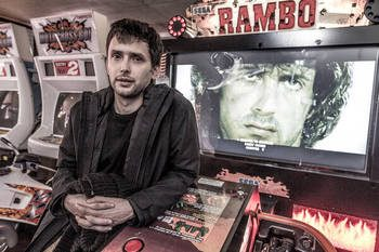 Benjamin Nuel devant une borne d'arcade