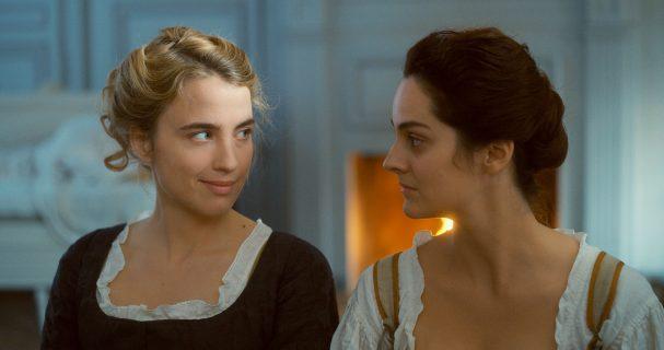 Deux femmes se regardent.