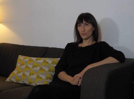 Catherine Meurisse sur un canapé.