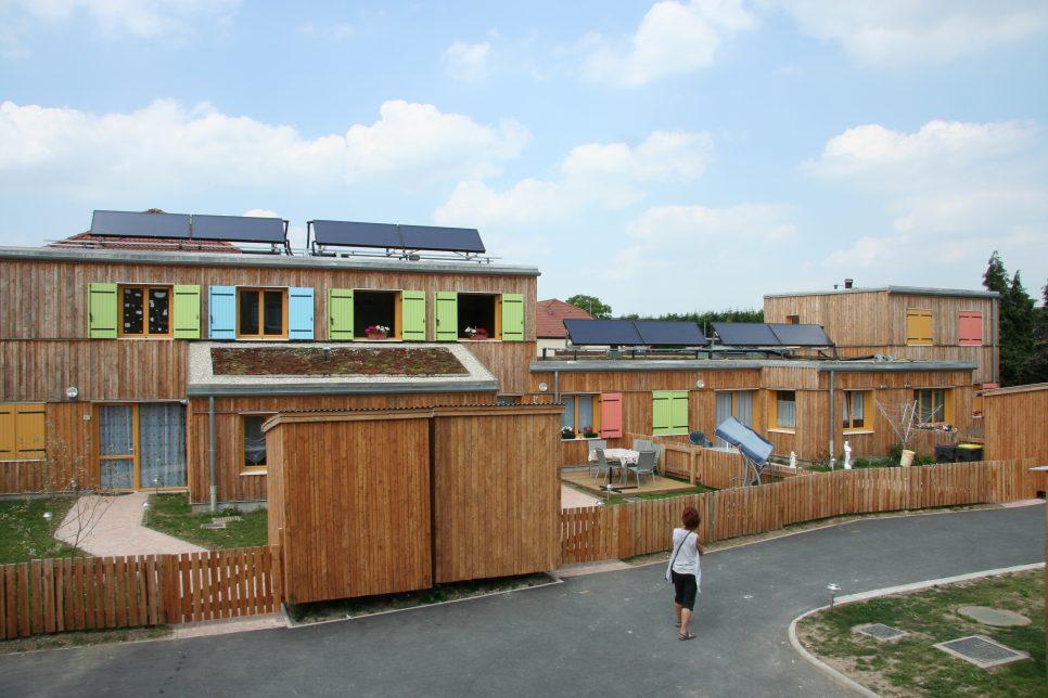 Écoconstruction de logements sociaux en 2010 par une entreprise qui emploie et forme des personnes éloignées du marché du travail à Loos-en-Gohelle, dans le Pas-de-Calais.