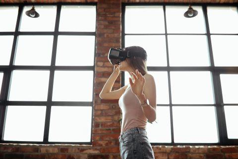 femme jouant à un jeu vidéo virtuel