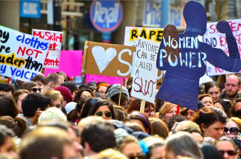 Pancartes avec slogans dans une manifestation féministe