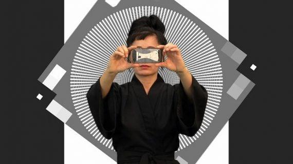 Hito Steyerl se prend en photo sur fond noir et blanc