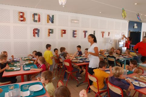 Des enfants déjeunent dans une salle de cantine à Mouans-sartoux
