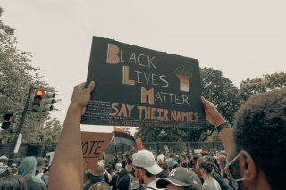 Pancarte brandie lors d'une manifestation Black Lives Mater