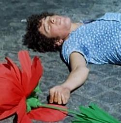 Un jeune homme étendu sur le sol