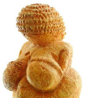 Sculpture préhistorique d'une femme nue, appelée la Venus de Willendorf