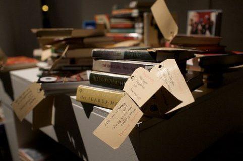 Une pile de livres marqués avec des étiquettes