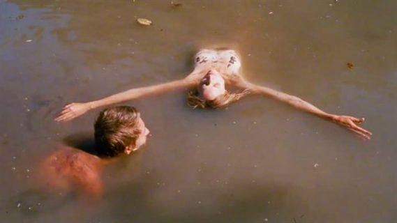 Deux adolescents immergés dans une eau trouble