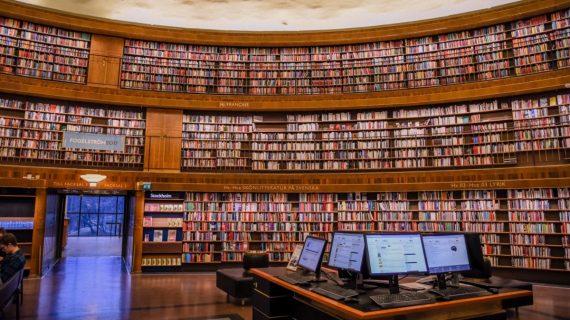 Ordinateurs au milieu d'une grande bibliothèque