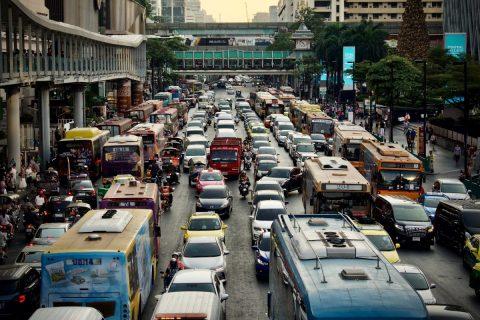 Embouteillage dans une rue d'une ville