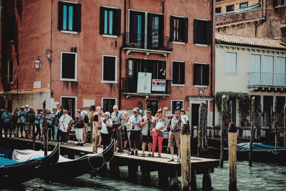 Touristes sur un ponton à Venis