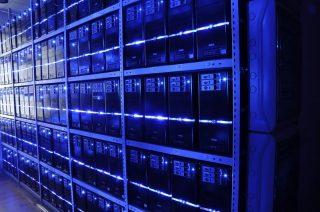 Serveurs empilés à l'intérieur d'un data center