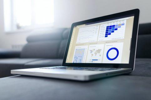écran d'ordinateur affichant des graphiques