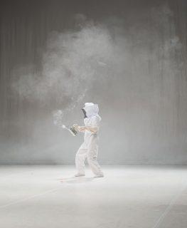 danseur en costume d'apiculteur