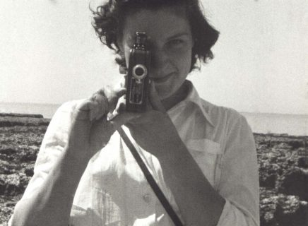 Femme filmant avec une petite caméra
