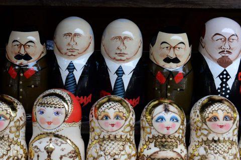 Poupées russes à l'effigie de dirigeants russes