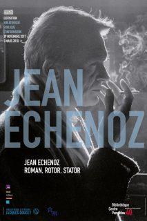 Photo en noir et blanc de Jean Echenoz en train de fumer une cigarette