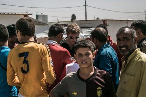 Samuel Forey au milieu d'une foule dans le camp de Dibaga en Irak