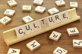 Lettres de scrabble formant le mot culture
