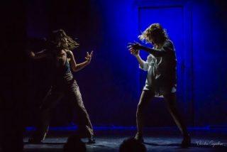 Les actrices Claire Assali et Lisa Wisznia dansent sur scène dans une lumière bleue, spectacle Sexpowerment
