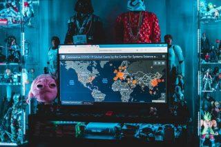 Télévision avec la carte mondiale de contamination du covid-19