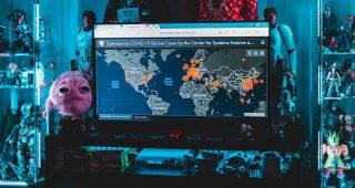 Photo d'une télévision avec la carte mondiale de contamination du covid-19