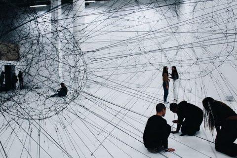 Oeuvre de sphère en fils de métal