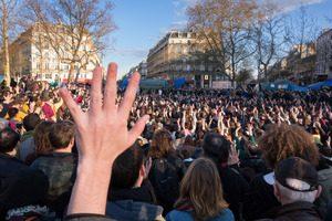 manifestation avec des mains en l'air