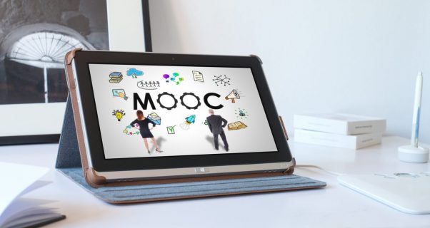 Image d'une tablette avec l'inscription mooc sur l'écran